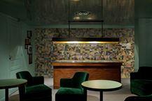 Le piastrelle dipinte a mano da rivestimento e pavimento disegnate da dimorestudio per ceramica bardelli sono ceramiche per decorare la casa di design. Corrispondenza è decorato a mano in atelier bardelli a milano.